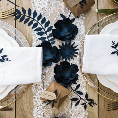 3 différentes fleurs bleues en papier