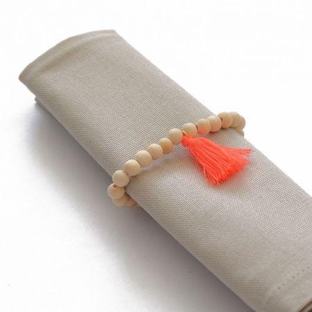 Rond de serviette perles en bois et pompon corail