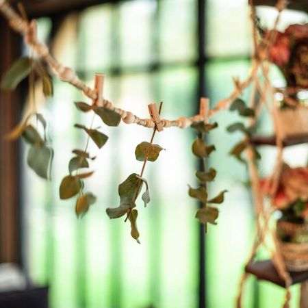 Guirlande de perles et pinces en bois - 110 cm