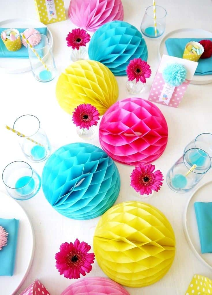 Les honeycomb balls indispensables pour une deco de f te for Table de jardin coloree