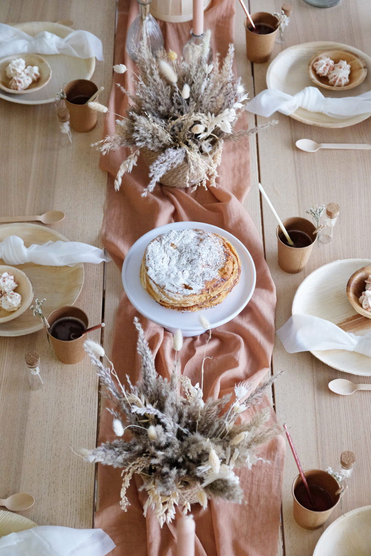 Comment décorer une table minimaliste à l'ambiance bohème et nature?