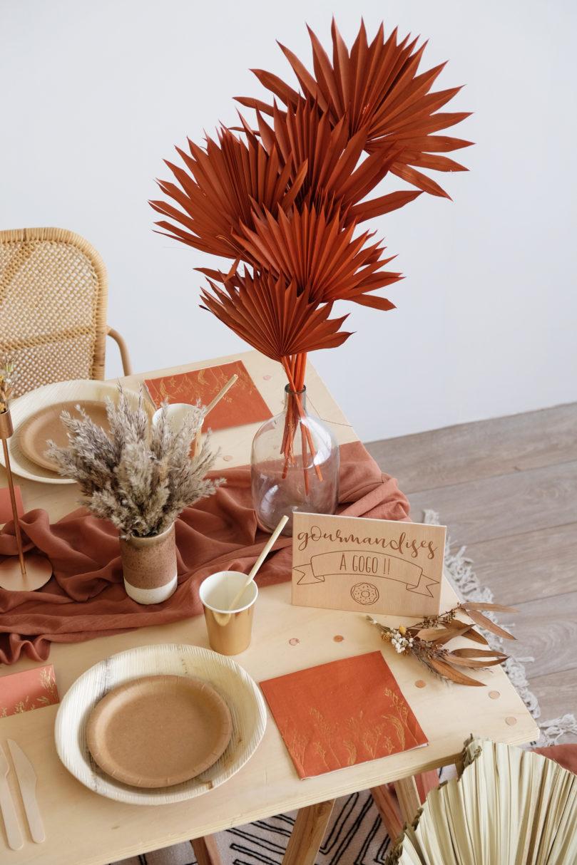Comment décorer une jolie table aux tons terre de sienne?